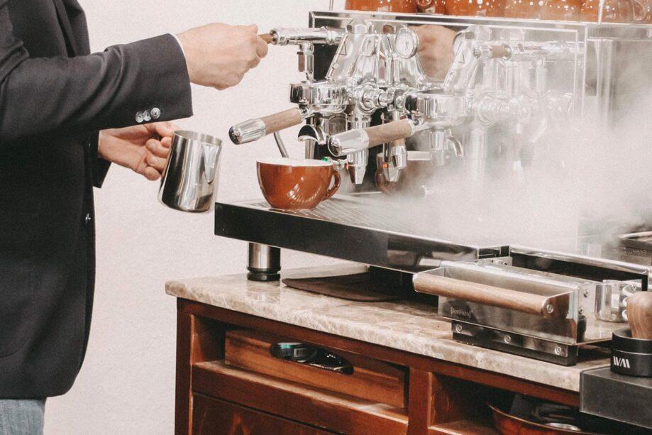 In unseren Barista Kursen lernen Sie die Kunst der Latte Art.